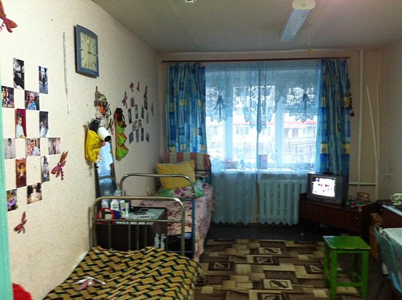 способи как украсить комнату в общежитии